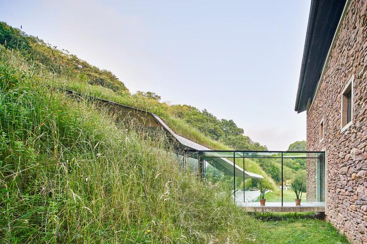 Arquitecturas soterradas en Iberoamérica: 9 proyectos que se relacionan con el entorno, Casa rural Landaburu Borda / Jordi Hidalgo Tané. Image © José Hevia