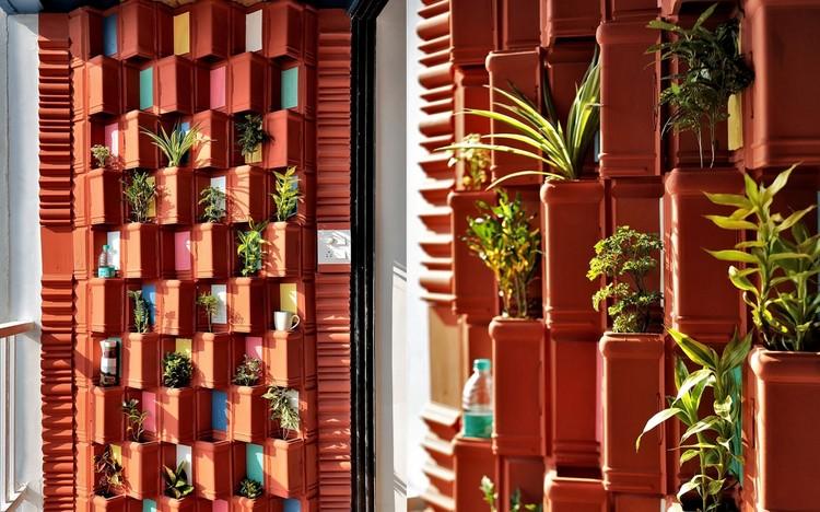 Escritório indiano usa telhas de argila e plantas para resfriamento natural, Cortesia de Manoj Patel Design Studio, via CicloVivo