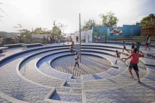 Tapis Rouge public space in an informal neighborhood in Haiti / Emergent Vernacular Architecture (EVA Studio). Image © Gianluca Stefani