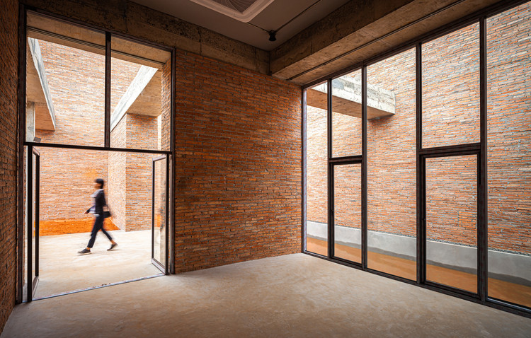 The brick walls of various heights overlap one another as one walks through to the interior. Each side of a room is surrounded by courtyards of different sizes and shapes. Image © Spaceshift Studio