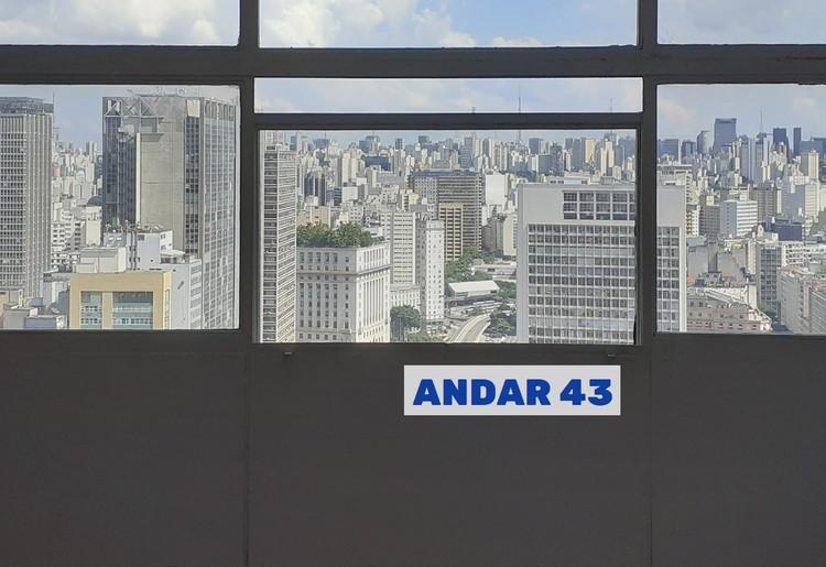Andar43: No topo do Mirante do Vale, uma sala de escritório quer se transformar. Em quê? Inscrições abertas,  É como se um mar de concreto batesse nas janelas.