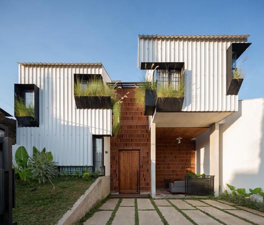 Casa Kampoong / Ismail Solehudin Architecture