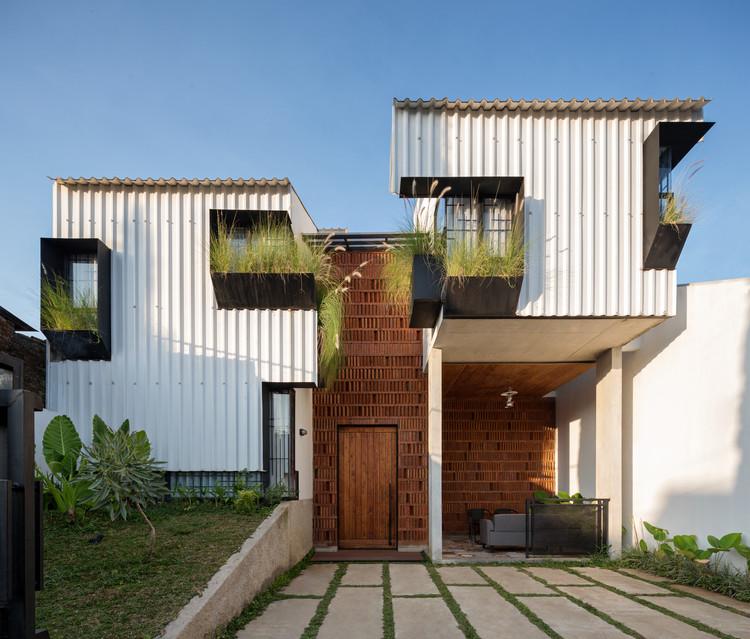 Casa Kampoong / Ismail Solehudin Architecture, © Mario Wibowo