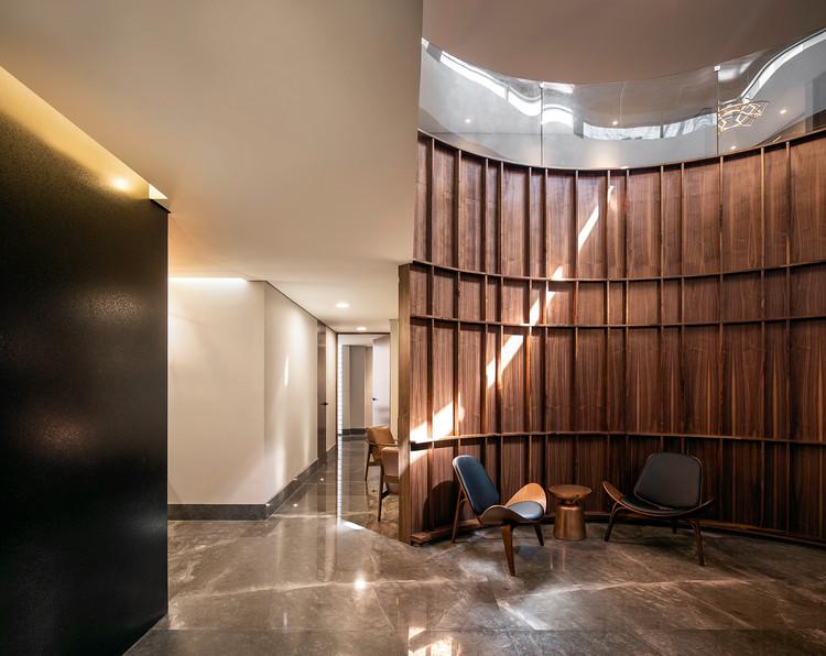 Centro Médico Roca / OAX Arquitectos, © The Raws