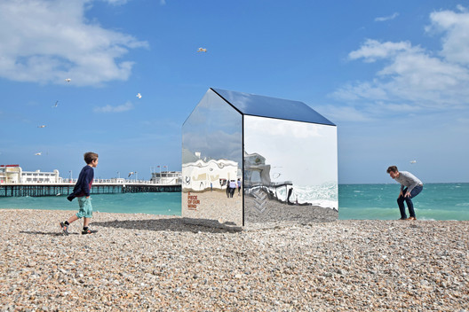 Mirrored Beach Hut / ECE Architecture + Creative Forager. Image: © Mark Sephton