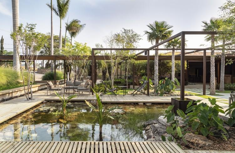 Landscaping Restaurant Origin 75 / Alexandre Furcolin Paisagismo, © Evelyn Muller