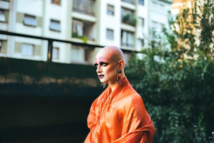 O corpo e a alma como design: Guilherme Wisnik entrevista Ivana Wonder, Ivana Wonder nos arredores do Minhocão, centro de São Paulo. Imagem via Pinterest de Ivana Wonder