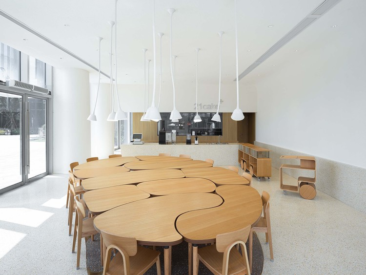 21cake Baoshan Store / Atelier FCJZ, overall view of store interior with Da Fanzhuo as one big table. Image © Fangfang Tian