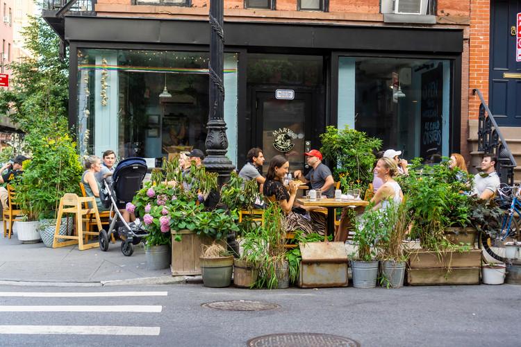 Los restaurantes abiertos al aire libre de Nueva York serán permanentes, Nueva York NY / EE. UU.-2 de julio de 2020 Cena al aire libre en un restaurante en el barrio de Greenwich Village en Nueva York. Imagen a través de Shutterstock / por rblfmr