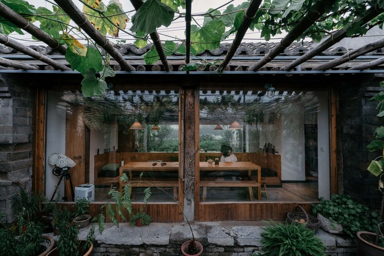 House of Passages  / Chaoffice, plants in the yard and dining room. Image © Yumeng Zhu