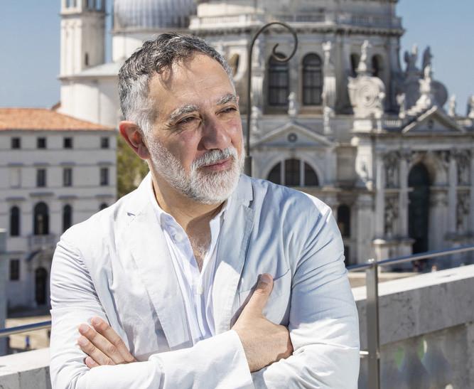 """Hashim Sarkis sobre """"¿Cómo viviremos juntos?"""": explorando la pregunta de la Bienal de Venecia 2021, Hashim Sarkis. Imagen © Jacopo Salvi. Imagen Cortesía de La Biennale di Venezia"""