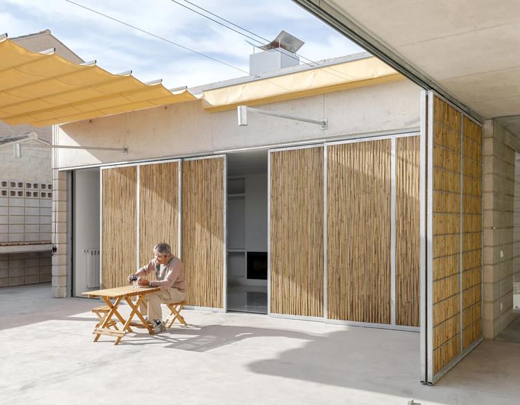 Soluções tradicionais em projetos contemporâneos: fechamentos móveis de bambu, Casa Tino / Emac Arquitectura. Image © Milena Villalba