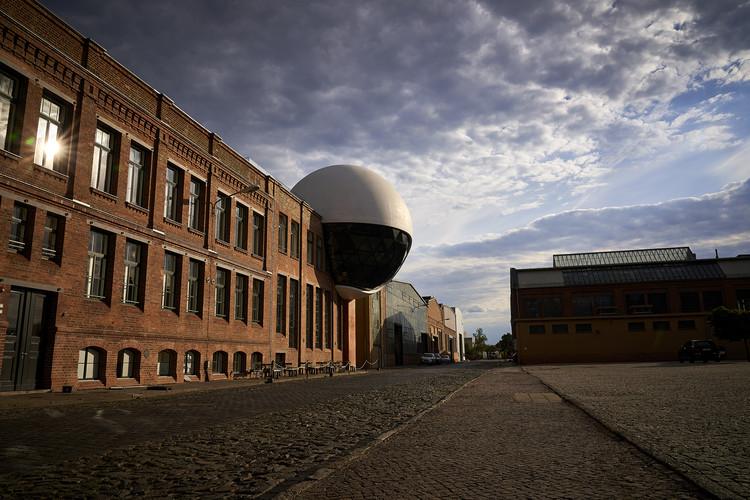 Una esfera diseñada por Oscar Niemeyer, la ampliación de una fábrica en Alemania, © Eyrise