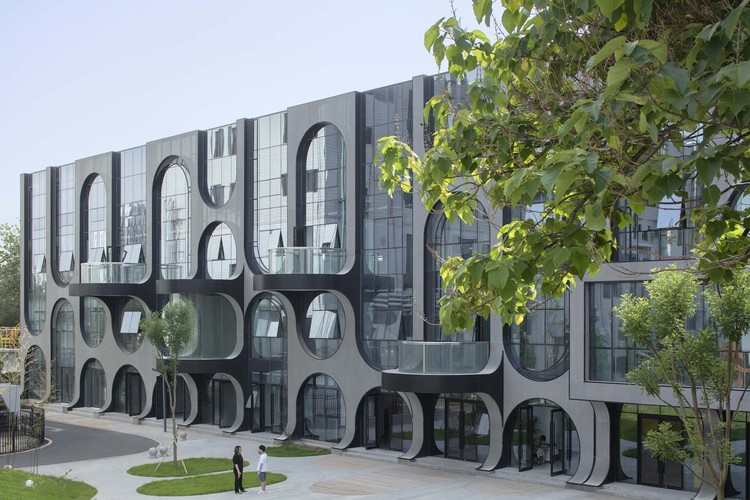 Courtyard B Building facades and shared balcony.  Image © Zhi Xia