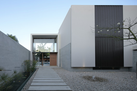 Casa Lú entre patios / Di Vece Arquitectos