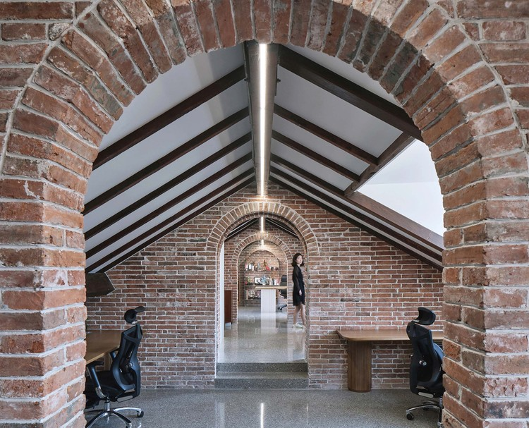 Renovation of Villa Karma / During the Dinner Studio, the brick arch. Image © ZY Architectural Photography