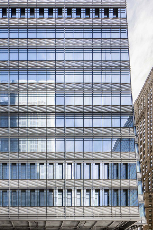 The diagonal orinetation of terra cotta echos the masonry buildings in East Midtown, May 2019. Image © Raimund Koch