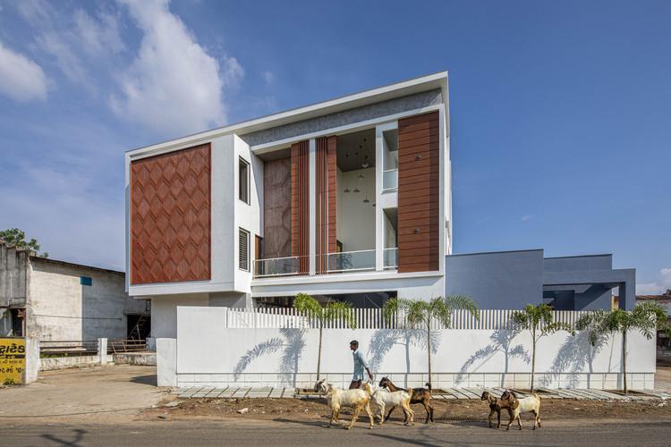 Vertical Courtyard House / Manoj Patel Design Studio, © Umang Shah
