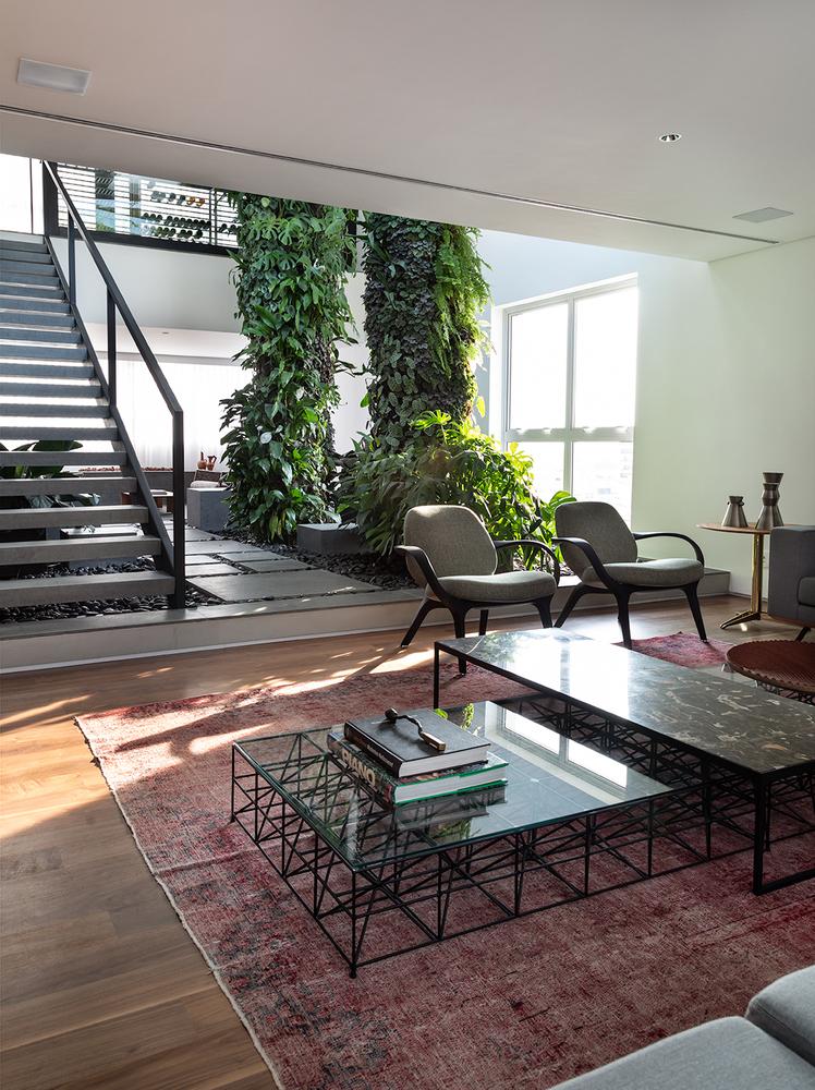 Interiores brasileiros: 10 projetos com jardim interno,Apartamento EM / DT Estúdio. Imagem © Evelyn Müller