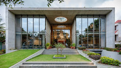 Edificio de oficinas INVESTRIBE / Living Edge Architects and Designers (LEAD)