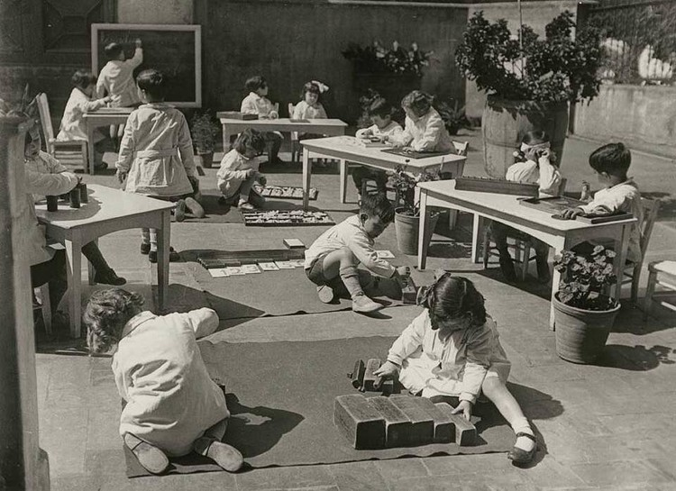 A escala das crianças: breve histórico sobre mobiliários infantis, Photo: 1932 Escuela Montessori, Barcelona. Montessori, M. (1965) Dr. Montessori's Own Handbook. New York: Schocken Books. Image via @montistory101