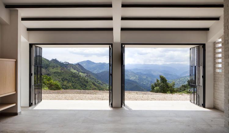 Casas colombianas: sombra, ventilação e natureza, Casa Abierta/Cerrada / Juan Pablo Aschner. Image © Mateo Pérez
