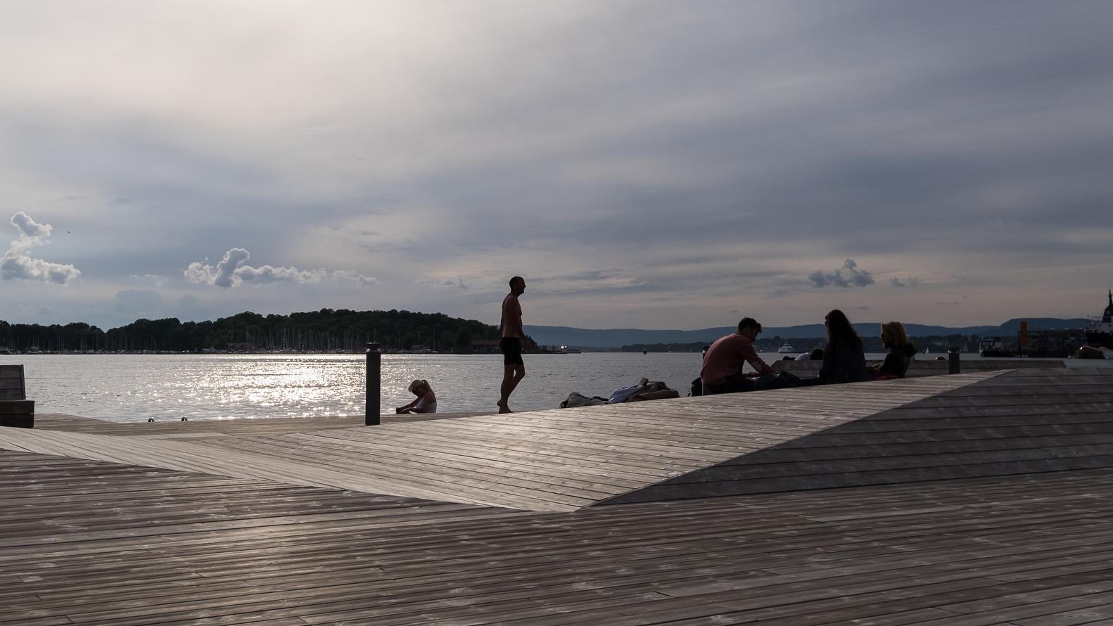 Deck de madera en espacios públicos: Suelos nobles para el encuentro colectivo,Sørenga Sjøbad / LPO arkitekter. Image © Tove Lauluten