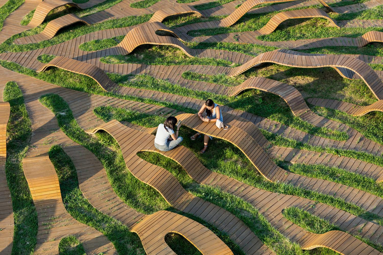 Deck de madera en espacios públicos: Suelos nobles para el encuentro colectivo,Root Bench / Yong Ju Lee Architecture. Image © Kyungsub Shin