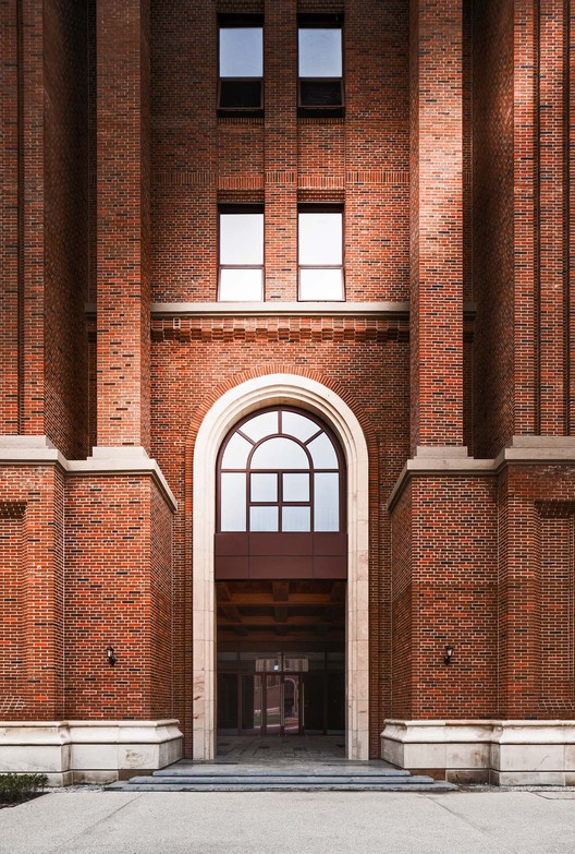 details of teaching building's entrance. Image © Qiang Zhao