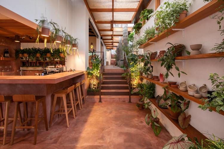 Interiores brasileiros: 15 projetos com cimento queimado, Restaurante Cajuí / VAGA. Imagem: © Pedro Napolitano Prata