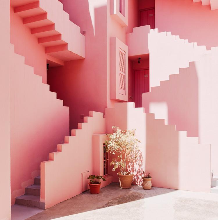 """Arquitetura no Instagram: Arquicast entrevista Architecture Hunter, A Muralha Vermelha de Ricardo Boffil – arquitetura """"instagramável"""". Foto © Gregori Civera"""