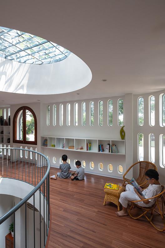 4 - L House: Nhà của vợ chồng trẻ và 2 con nhỏ nhiều ánh sáng, hiện đại đẹp
