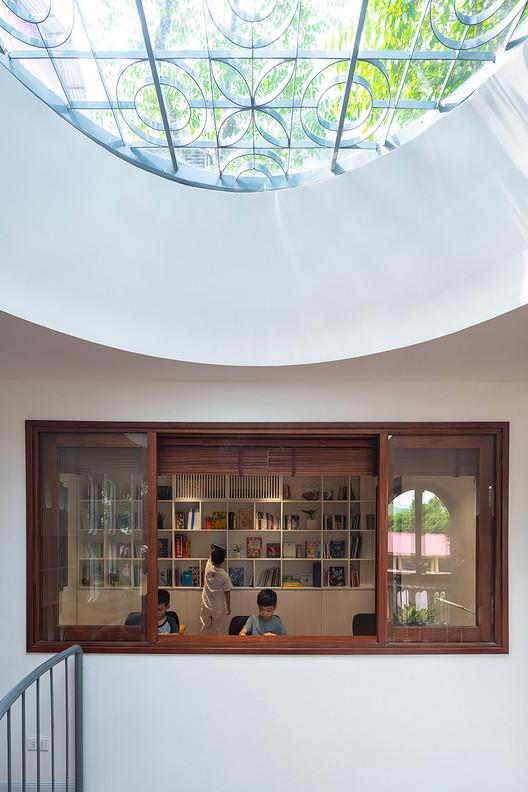 10 - L House: Nhà của vợ chồng trẻ và 2 con nhỏ nhiều ánh sáng, hiện đại đẹp