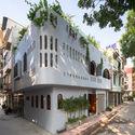 24 - L House: Nhà của vợ chồng trẻ và 2 con nhỏ nhiều ánh sáng, hiện đại đẹp