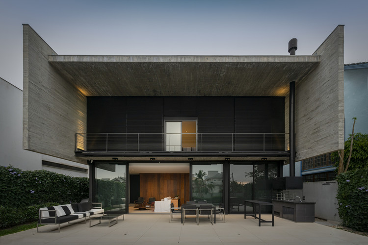 Casas brasileiras: 10 residências com empenas de concreto, Casa Beton / Marchetti Bonetti+. Imagem: © Ronaldo Azambuja