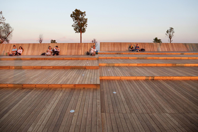 Deck de madera en espacios públicos: Suelos nobles para el encuentro colectivo,Bostanlı Footbridge & Sunset Lounge / Studio Evren Başbuğ. Image © ZM Yasa Photography