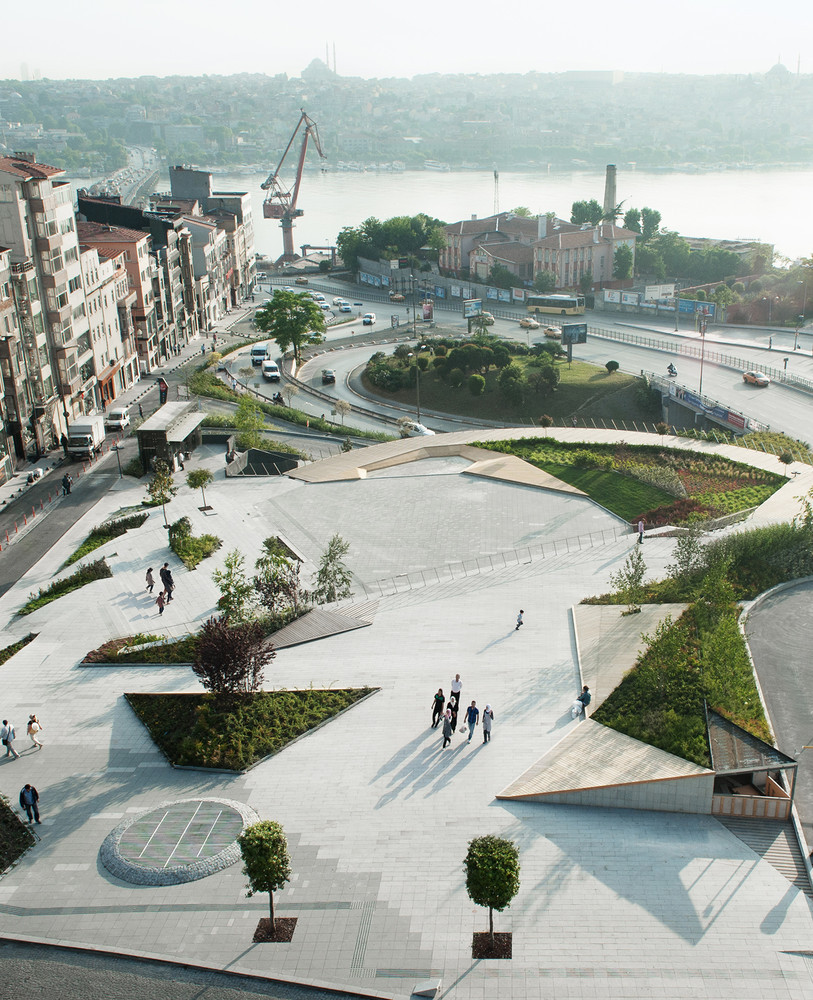 Deck de madera en espacios públicos: Suelos nobles para el encuentro colectivo,Şışhane Park / SANALarc. Image © Olivve Wimmer