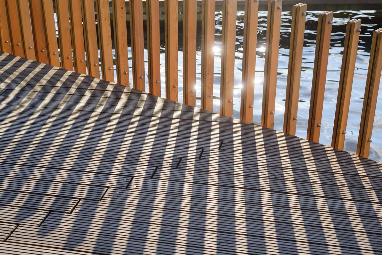 Deck de madera en espacios públicos: Suelos nobles para el encuentro colectivo,Paprocany Lake Shore Redevelopment / RS + Robert Skitek. Image © Tomasz Zakrzewski