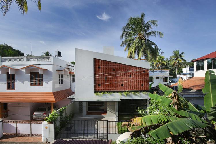 Fachadas para o clima quente e úmido: elementos vazados em 10 projetos na Índia, Casa Cubo de Ruby / Srijit Srinivas - ARCHITECTS. Imagem: © Prasanth Mohan, Running Studios