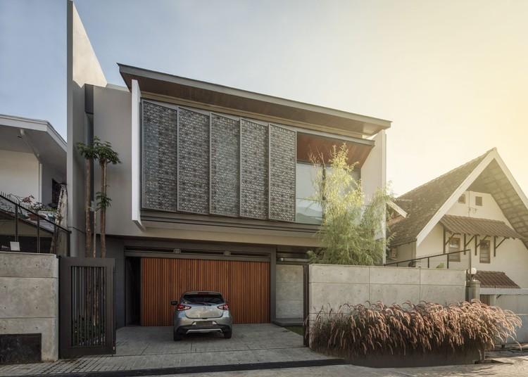 00FI KIE Rakta Tamblong 13a - RR House / Rakta Studio: Ngôi nhà 400m2 thiết kế siêu thoáng với không gian mở
