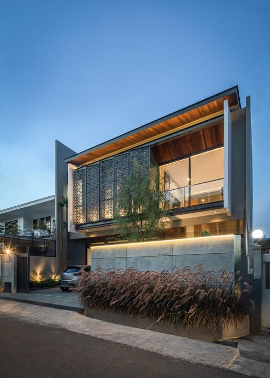 KIE Rakta Tamblong 01c - RR House / Rakta Studio: Ngôi nhà 400m2 thiết kế siêu thoáng với không gian mở