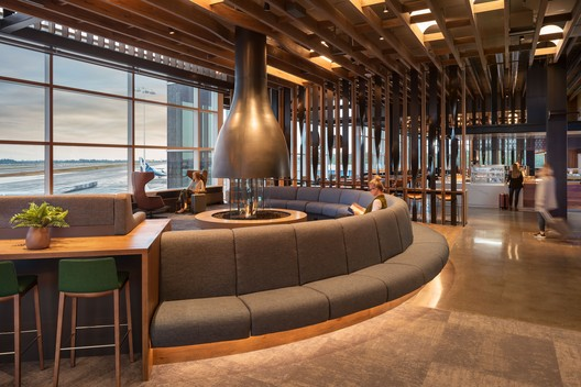 Alaska Airlines Flagship Lounge / Graham Baba Architects