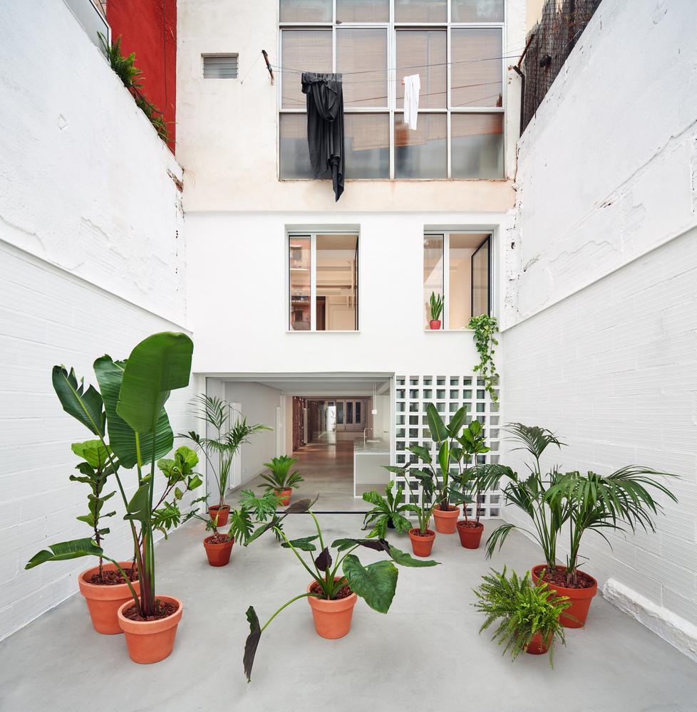 Confort olfativo en la arquitectura y el impacto de los olores en el bienestar,Building Between Party Walls in Hostafrancs / estudi08014. Image © Pol Viladoms