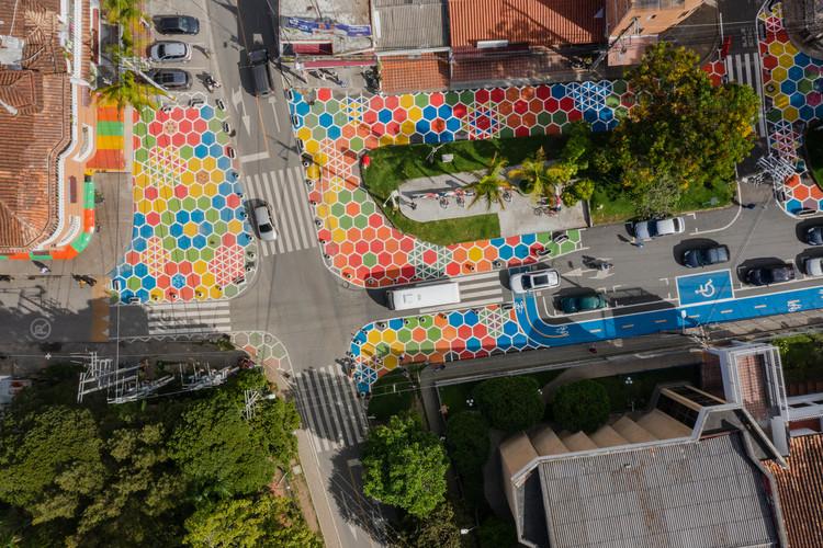 Intervención Calle Consciente, un jardín de colores / Arquiurbano Taller + IAA Studio, © Alejandro Arango