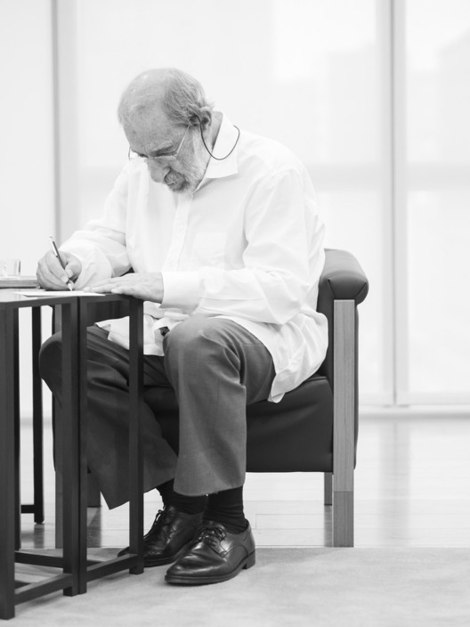 Álvaro Siza recebe o Prêmio Nacional de Arquitetura da Espanha via streaming, <a href='https://www.plataformaarquitectura.cl/cl/790264/retratos-de-alvaro-siza-por-fernando-guerra'>Retratos de Álvaro Siza por Fernando Guerra</a>. Image © Fernando Guerra | FG+SG