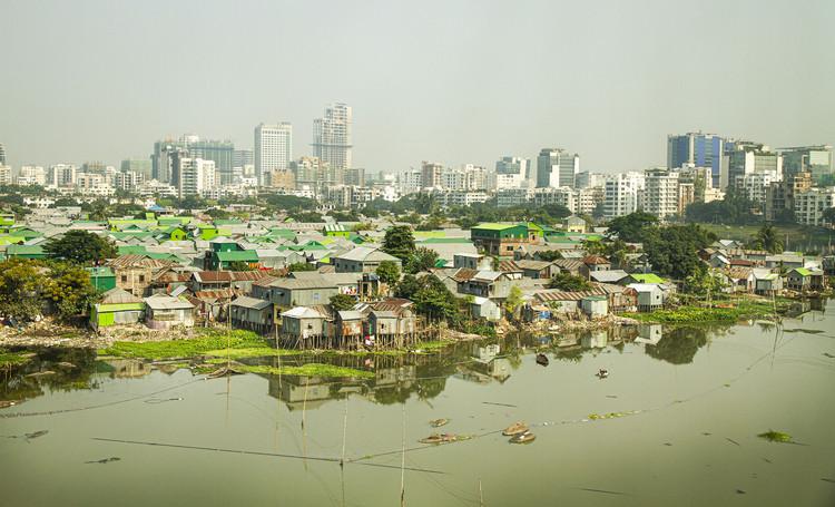 ONU-Hábitat publica el informe 2020 sobre el valor de la urbanización sostenible, Bangladesh, Dhaka, asentamiento de tugurios Korail en el centro de la ciudad. Imagen cortesía de ONU-Habitat