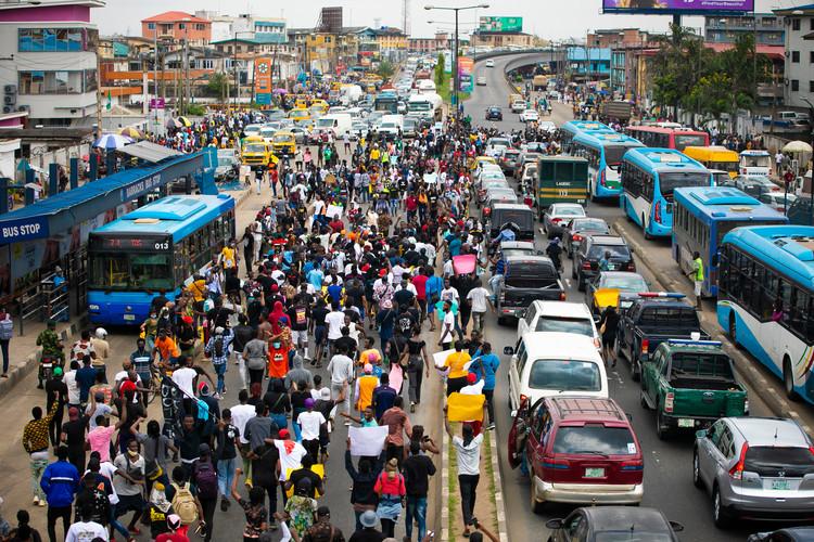 Las protestas públicas y el legado urbano del colonialismo y la dictadura militar en Nigeria, Una multitud de jóvenes protestando en las calles de Lagos, Nigeria, octubre de 2020. Imagen © Teo-Inspiro International | Shutterstock