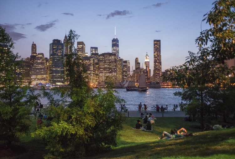 Amid the COVID-19 Pandemic, Take Time to Reconnect with Nature, ASLA 2018 Professional General Design Award of Excellence. Brooklyn Bridge Park / Michael Van Valkenburgh Associates. Image © Julienne Schaer