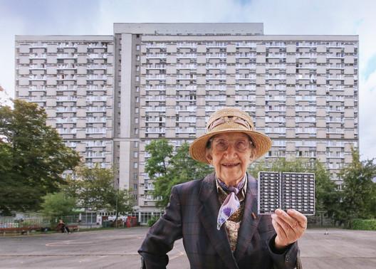 Mrs. Elfrida with the model of Za Żelazną Bramą estate in Warsaw. Image © Zupagrafika
