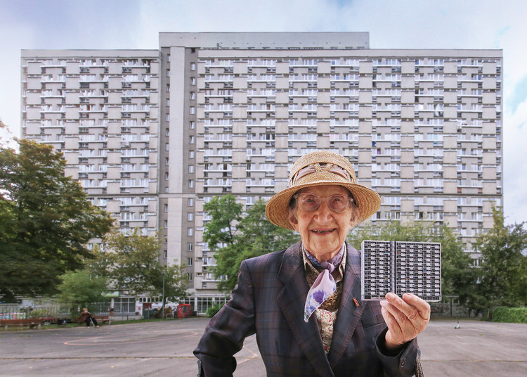 A arquitetura brutalista que moldou as paisagens urbanas da Polônia , Mrs. Elfrida with the model of Za Żelazną Bramą estate in Warsaw. Image © Zupagrafika